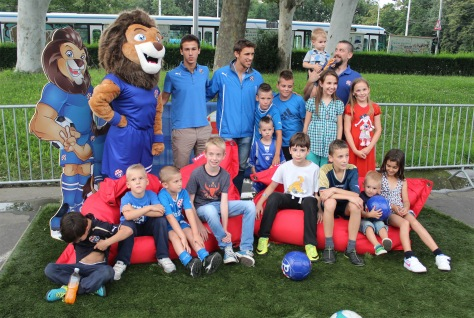 Dinamova maskota 'Plavko' s mladim navijačima!